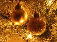 Bolas doradas en arbol dorado.  #Navidad