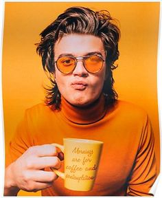 I was looking for orange coloured aesthetics and found Joe Keery (Steve Harrington from Stranger Things) instead 😂 Color Composition, Pretty People, Beautiful People, Joe Keery, Orange Aesthetic, Foto Art, Foto Pose, Mellow Yellow, Orange Yellow