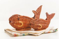 Two vintage wicker basket tray fish shaped by Brocantebcn on Etsy Straw Weaving, Basket Tray, Willow Weaving, Fish Shapes, Country Crafts, Paper Straws, Diy Projects To Try, Hobbies And Crafts, Decorative Accessories
