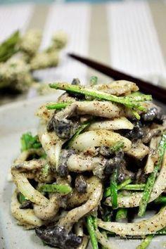 고소함가득 느타리버섯 들깨무침 느타리버섯에 들깨가루 팍팍 넣어 고소하게 들깨무침을 만들었어요. 어찌나 고소한지 생양파채 넣고 같이 무쳤는데 양파매운맛이 하나도 안나고 버섯 싫어하던 아이들도 잘먹는 고소함 가득하구요. 한접시로는 아쉬운 꼬신내 가득한 느타리버섯 들깨무침이예요. 재료 : 느타리버섯150g, 양파1/2개, 부추 한줌 들깨소스 : 들깨가루3T, 들기름1.5T, 멸치액젓1T, 설탕1t, 매실액0.5T, 소금약간, 후.. K Food, Food Menu, Good Food, Yummy Food, Banchan Recipe, Healthy Dishes, Healthy Eating, Easy Cooking, Cooking Recipes