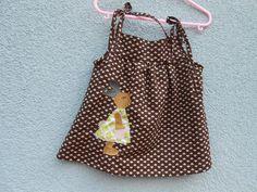 Süßes Hängerchen in Gr. 62/68 für kleine Mädchen.    Aus 100 % Baumwolle, braun und beige, mit Hasenmama als Stickerei auf der Vorderseite.  Bindeb...