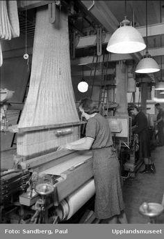 """1941. AB Upsala Sidenväverier, """"en av de nytillkomna vävsalarna med ett par s.k. jacquardvävstolar i förgrunden."""" Suttungs gränd, Uppsala. Foto: Pau Sandberg Weaving Tools, Loom Weaving, Jacquard Loom, Vintage Branding, Vintage Textiles, Fabric Art, Textile Art, Old Photos, Art History"""
