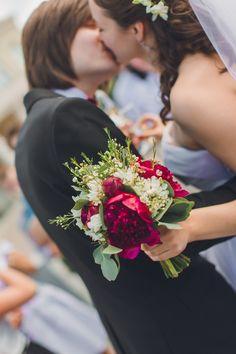 Летний букет невесты с бордовыми пионами и вакфлауэрс. Summer bride's bouquet with red peonies and walflowers. #пион #свадебныйбукет #букетневесты #peonies #bride