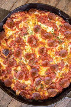 Cast Iron Pizza Recipe, Cast Iron Skillet Pizza, Deep Dish Pizza Recipe, Iron Skillet Recipes, Cast Iron Recipes, Cast Iron Cooking, Skillet Meals, Detroit Style Pizza Recipe, Detroit Pizza