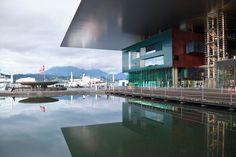 Mitten in der Stadt liegt das Kultur- und Kongresszentrum Luzern (KKL) direkt am Vierwaldstättersee. Entworfen hat es der französische Architekt Jean Nouvel. Links der Wagenbach - Brunnen!