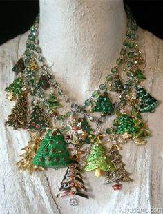 Forget the ugly Christmas seawater, now it's christmas necklace! Jewelry Tree, Old Jewelry, Jewelry Making, Vintage Jewelry Crafts, Recycled Jewelry, Emerald Jewelry, Jewelry Ideas, Christmas Jewelry, Christmas Crafts