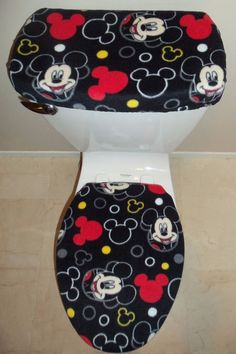 Disney Mickey Mouse Toilet Seat and Tank Top Cover Set. These Toilet Seat Covers will fit both Standard and Elongated Toilets. This set is handcrafted from soft Fleece and made with elastic for a perfect fit. Mickey Mouse Bathroom, Mickey Mouse House, Disney Mickey Mouse, Minnie Mouse, Disney Home Decor, Disney Diy, Mickey Mouse Wallpaper Iphone, Disney Frozen Olaf, Disney Rooms