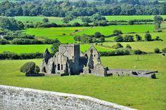 Der Rock of Cashel und seine verstreuten Grundsteine liegen inmitten einer Wiese, die so grün ist, dass Du denkst, sie sei künstlich. | 24 Fotos, die beweisen, dass Du wahre Schönheit nur in Irland findest