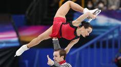 Los rusos Ksenia Stolbova y Fedor Klimov hacen su paso por la pista durante la competición de parejas de patinaje en el estilo libre.