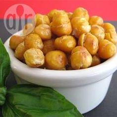 Voedzaam en uitdagend; geroosterde kikkererwten zijn een gezonde snack. Ze worden in de oven in olijfolie geroosterd en zijn een vezelrijk, krokant alternatief voor nootjes.