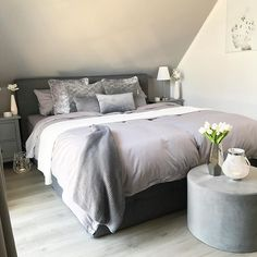 Schlafzimmer Dachschräge This box spring bed in anthracite / gray proves that even in a sloping roof Kids Bed Canopy, Happy Evening, Grey Wall Color, Evening Greetings, Bed Springs, Grey Walls, Kid Beds, Master Bedroom, Room Decor