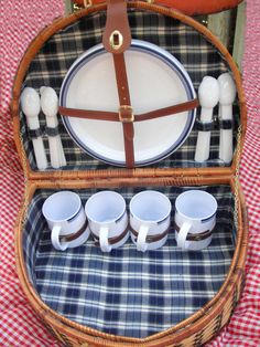 Picnic basket Picnic Basket Set, Picnic Box, Vintage Picnic Basket, Picnic Time, China Teapot, Plastic Ware, Bicycle Race, Cool Diy, Basket Weaving