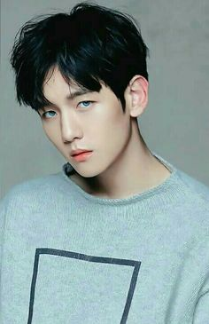 Don't usually like when they have blue eyes but Baekhyun is really pulling it of…