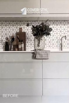Looking to change the decoration of your old kitchen? Tired of your lacquered kitchen? Why replace when you can upgrade? You can give your walls and furniture a new look by covering them with Cover Styl' adhesive films. Kitchen cupboard, drawer, splashback, worktop, table, bar... Save time and money, this is the solution to get a kitchen on a budget. Here is the before and after of Loft208's kitchen makeover. The kitchen cabinets were wrapped with a black wood effect vinyl.