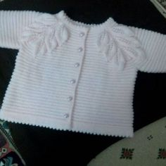 Really nice vest with leaf model for our little girls. Here is the knitter source you can contact with her for schema count or maybe you want buy it. Diy Crafts Knitting, Knitting Blogs, Baby Hats Knitting, Knitting For Kids, Baby Knitting Patterns, Knitting Designs, Knitted Hats, Baby Poncho, Knitted Baby Cardigan