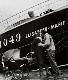 """Le départ du Morutier"", Fécamp, 1949, fotografia de Willy Ronis. Veja também: http://semioticas1.blogspot.com.br/2012/01/homens-ilustres.html"