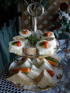 Tea room sandwiches - Présentés sur un serviteur à deux assiettes, c'est bien pour deux ou trois personnes.