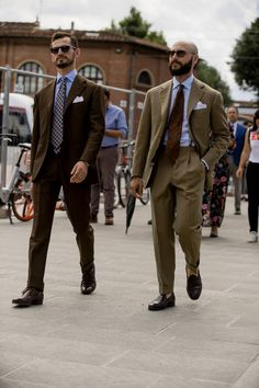 Pitti Uomo is underway and Robert Spangle has captured the most stylish men on the streets of Florence. Stylish Men Over 50, Most Stylish Men, Stylish Mens Outfits, Casual Outfits, Smart Casual, Men Casual, Best Street Style, Street Styles, Best Mens Fashion