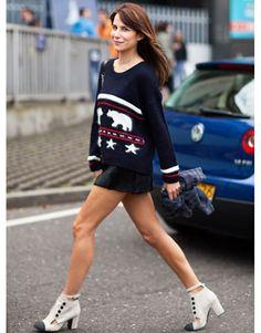 Look fashionista com mini saia de couro preta. Imagem referência: google.