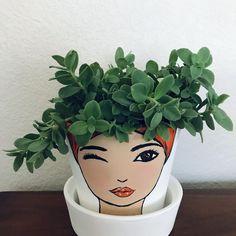 Flower Pot Art, Flower Pot Design, Flower Pot Crafts, Clay Pot Crafts, Flower Pot People, Clay Pot People, Painted Plant Pots, Painted Flower Pots, Pots D'argile