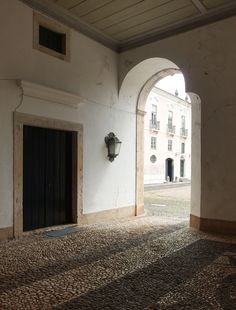 The porte cochere of the Palácio do Correio-mor. Behind its flamboyant, pink façade this open room is austere and cold – no doubt providing great respite against the elements, especially the merciless Lisbon Summer.