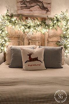 Farmhouse Christmas decor and rustic Christmas decor are a beautiful way to decorate for the holidays. They bring warmth and coziness to every home. Christmas Night, Merry Little Christmas, Noel Christmas, Christmas Garlands, Christmas Design, Classy Christmas, Christmas Ideas, Christmas Trends 2018, Snowflake Christmas Lights