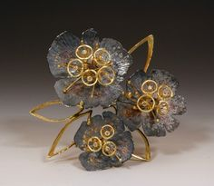 Brooch | Liaung-Chung Yen. One of a kind piece.