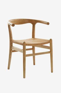 Stol i robust alm med seter i papirtau blir en vakker kontrast og gir en god sittekomfort. Materiale: Tre og papir. Størrelse: Høyde 74 cm, bredde 44 cm, dybde 46 cm sittehøyde 45 cm. Beskrivelse: Stol av alm som er overflatebehandlet med lakk. Seter av papirtau. Tips & Råd: Du må ikke ha like stoler rundt et bord. Ulike er pent og praktisk når dere blir mange rundt spisebordet.