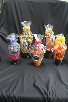Candy bar bouquets. A great gift for anyone that loves chocolate.  www.uniquedesignsbyjudi.com Halloween Party Snacks, Halloween House, Easy Halloween, Halloween Appetizers, Halloween Season, Candy Bar Gifts, Candy Gift Baskets, Candy Bar Bouquet, Candy Arrangements