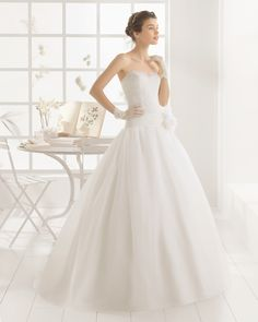 Robe de mariée en organdi brodée de pierreries. Collection nuptiale Aire…