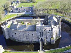 Chateau de Pirou - Bâti au XIIe siècle sur un îlot artificiel entouré de trois douves et de cinq portes fortifiées, Pirou, doté de hauts remparts, est le plus ancien des châteaux forts normands. La très vieille légende des Oies de Pirou évoque la métamorphose des occupants du château en oies face aux assaillants scandinaves. Le château ayant brûlé, les oies reviennent chaque année dans l'espoir de retrouver le grimoire qui leur permettrait de reprendre forme humaine… Depuis 1968, sous…