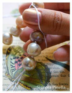 ...Die wundervolle Welt der Signora Pinella...: Einmal mehr Perlenliebe, eine Anleitung zum Knüpfen und ein neuer Nagellack… Perlenknüpfen, Perlen, Kette