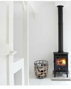 The perfect black fireplace. Ideal for a living room scenario with beautiful reading and writing spots. Home Living Room, Living Spaces, Interior Architecture, Interior Design, Home Fireplace, Black Fireplace, Small Fireplace, Fireplace Design, Ideas Hogar