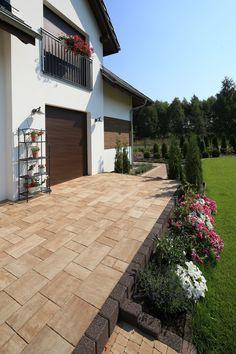 Piękny taras w ogrodzie - zaproś do domu trochę ciepła! Sidewalk, Houses, Mansions, House Styles, Outdoor Decor, Home Decor, No Bake Desserts, Door Entry, Homes