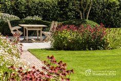 Aangelegde tuinen door tuinonderneming Monbaliu - Landelijke tuin met bijgebouw en zwembad rond mooie woning in Vlaamse stijl
