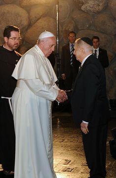 El papa Francisco estrechando la mano del superviviente del Holocausto Avraham Har Shalom. Yad Vashem, 26/05/2014