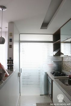 I really like the privacy glass Small Apartments, Small Spaces, Laundry Decor, Bedroom Layouts, Modern Interior Design, Home And Living, Home Kitchens, Kitchen Decor, Decoration