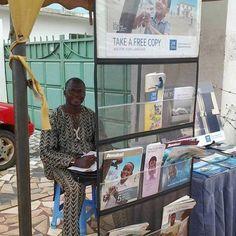 Hermano Cristiano Testigo de Jehová en #Kwashieman, #Accra, #Ghana, en la predicación.