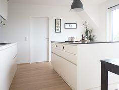 Diese Küche ist im skandinavischen Stil entworfen - schlicht - geradlinig - hell. Mehr solche Küchen gibt's auf unserer Website zu sehen: Shades Of Grey, Scandinavian Kitchen, Küchen Design, Kitchen Contemporary, Shades Of Gray Color