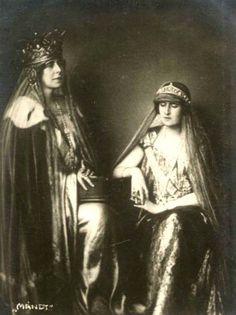 Queen Marie of Romania and Queen Elisabeth of Greece. Romanian Royal Family, Greek Royal Family, Old Photos, Vintage Photos, Queen Victoria Family, Royal Crowns, Vintage Girls, Vintage Dresses, Royal Jewelry