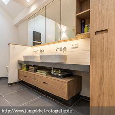 Badezimmer mit viel Spiegelfläche und schwebenden Möbeln in Holz - mit Doppelwaschbecken.