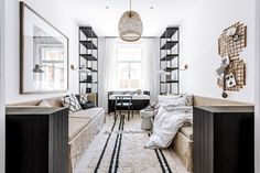 Symetrické uspořádání místnosti podtrhuje její eleganci. Nábytek je vyrobený na míru podle autorského návrhu architekta Martina Franka. Obě lůžka jsou rozkládací. Doplňují je dekorativní polštáře z Deconceptu. Nástěnné lampy značky House Doctor je možné podle potřeby otáčet a směrovat tak světelný tok