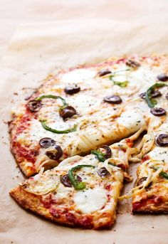 Low-carb cauliflower pizza with green peppers and olives Niedrig-Carb Blumenkohl-Pizza mit grünen Paprikas und Oliven - Diät-Doktor Low Carb Pizza, Low Carb Diet, Lchf Diet, Ketogenic Diet, Low Carb Recipes, Diet Recipes, Healthy Recipes, Pizza Recipes, Acerola