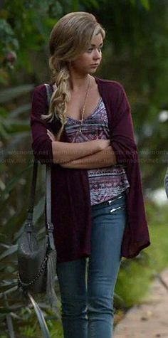 Haley's printed cami, burgundy cardigan and grey fringed bag on Modern Family. Outfit Details: http://wornontv.net/43087/ #ModernFamily