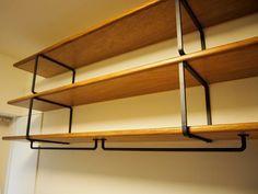 リングの棚受けpin-up鴬谷3a 鉄の鈍さと、チーク材の棚板の相性が抜群です