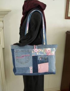 Recycling at its prettiest! Clean, repurposed jeans from sales and cast-offs from friends and family are the start of these one-of-a-kind bags. The exterior is pieced from all sorts of denim - pocke Patchwork Bags, Quilted Bag, Diy Sac Pochette, Remake Clothes, Denim Ideas, Denim Purse, Denim Crafts, Purses And Bags, Jean Purses