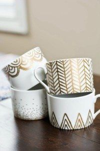 DIY Sharpie Mug Projects – Easy, Frugal & Fun! DIY gold sharpie mugs …DIY gold sharpie mugs … Gold Sharpie, Sharpie Crafts, Diy Sharpie Mug, Diy Crafts, Sharpies, Sharpie Paint, Sharpie Plates, Sharpie Markers, Tape Crafts