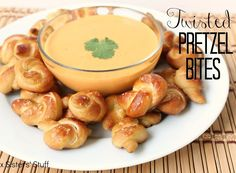 Twisted Pretzel Bites--for Super Bowl party? Finger Food Appetizers, Yummy Appetizers, Yummy Snacks, Appetizer Recipes, Snack Recipes, Cooking Recipes, Yummy Food, Yummy Treats, Pretzel Recipes