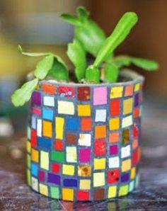 Macetas con latas de atún recicladas ~ cositasconmesh Mosaic Planters, Mosaic Vase, Mosaic Flower Pots, Mosaic Crafts, Mosaic Projects, Tin Can Crafts, Diy Crafts, Mosaic Bottles, Mosaic Madness