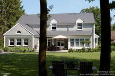 Façade blanche pour une grande maison pleine de charme